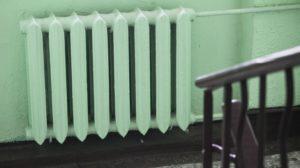 В жилых домах в подьезде батареи холодные