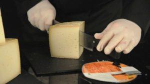 Как красиво резать сыр с головки для продожи