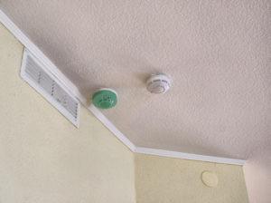 Как спрятать пожарные датчики в квартире