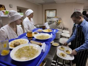 Сколько человек должен кормить один повар в школе